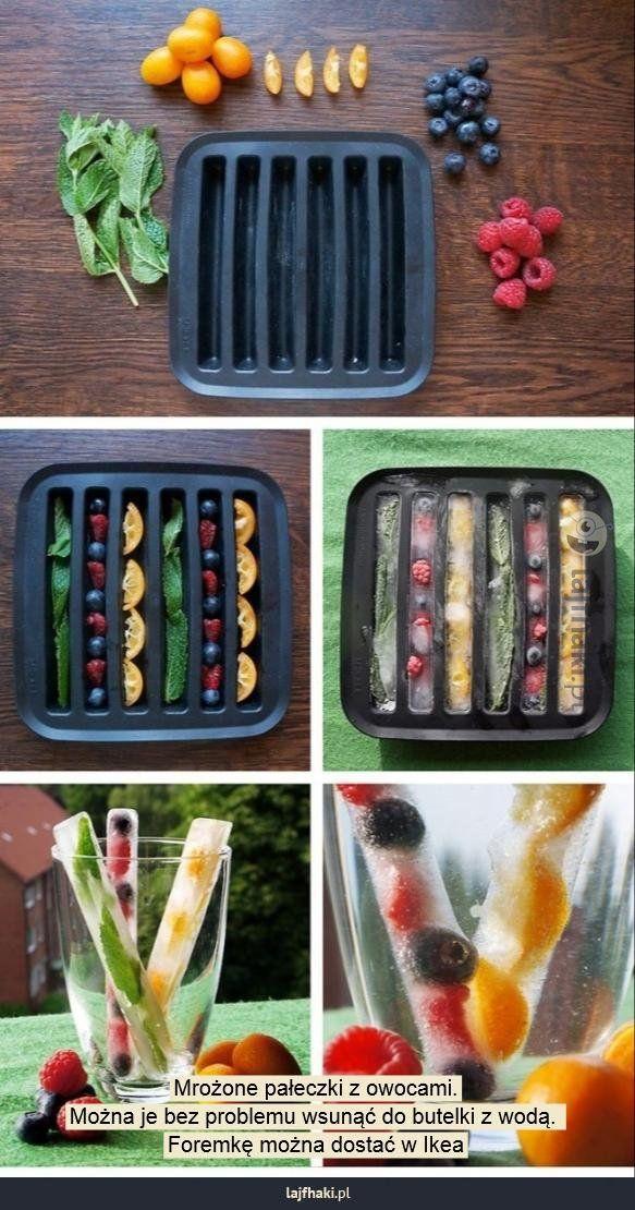 Zamiast kostek lodu - Mrożone pałeczki z owocami. Można je bez problemu wsunąć do butelki z wodą.  Foremkę można dostać w Ikea