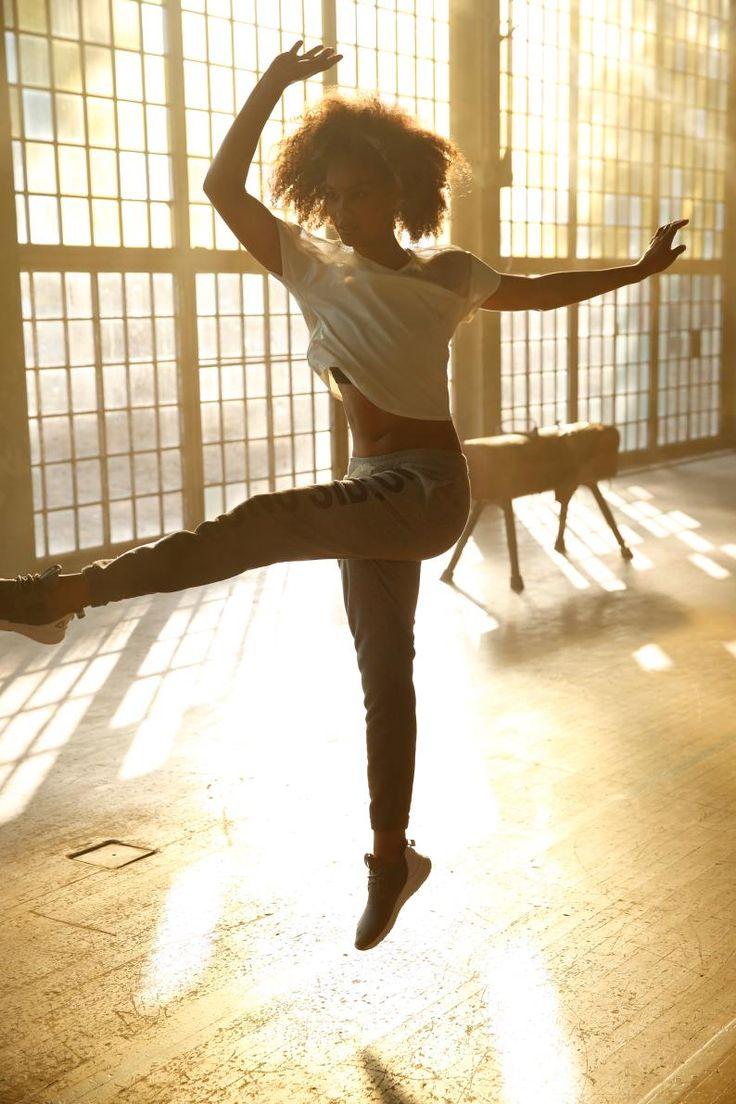 """Den stimmigen Black&White-Look von Reebok runden die schwarzen Nike """"Air Max Motion"""" sportlich und modisch gekonnt ab. Dank der lässigen Jogginghose mit großem Print machst du in jedem Gym eine gute Figur – der Sport-BH sorgt für den nötigen Halt beim Workout."""