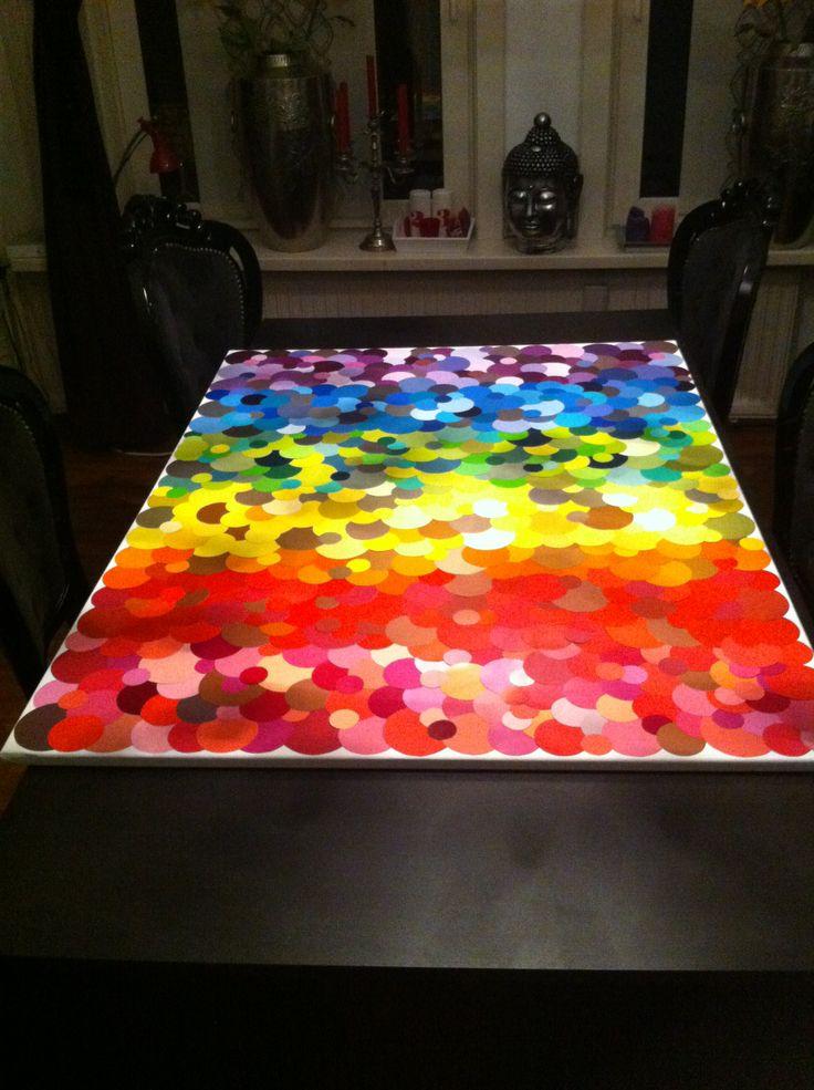 Zelf gemaakt schilderij, gemaakt van uitgeknipte ronde verfstaaltjes. Regenboog kleuren - DIY Colorfull rainbow paint chips