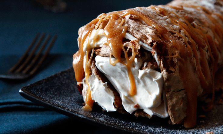 Snoepkonten opgelet! Dit zijn de 5 lekkerste desserts hazelnootmerenque rol gevuld met frangelicoroom en caramelsaus
