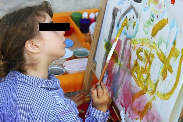 De politie heeft de 5-jarige kunstvervalser Amy F. opgepakt. De kleuter hield zich bezig met het vervaardigen van goedkope imitaties van beroemde schilderijen. De werken vertonen een sterke gelijkenis met beroemde werkenvan Van Gogh, Matisse en Picasso. Het atelier van F. werd aangetroffen in haar ouderlijk huis. Daar bevond zich ook een deel van de vervalsingen. F. had zich gespecialiseerd [...]