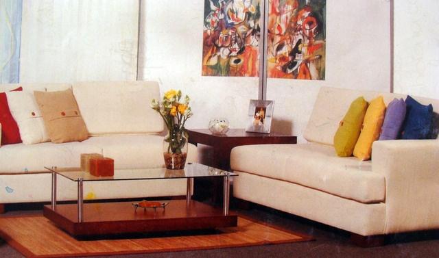 La viveza que dan los cojines de colores con un sofa beige.