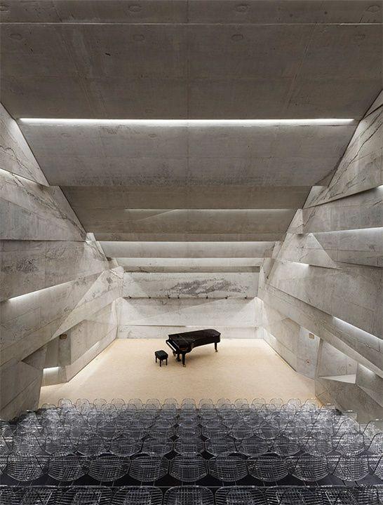 Sala de conciertos Como parte del plan de desarrollo urbano en Blaibach, Alemania, el arquitecto Peter Haimerl creó una nueva sala de conciertos para dar vida a una de las zonas más importantes de la ciudad.
