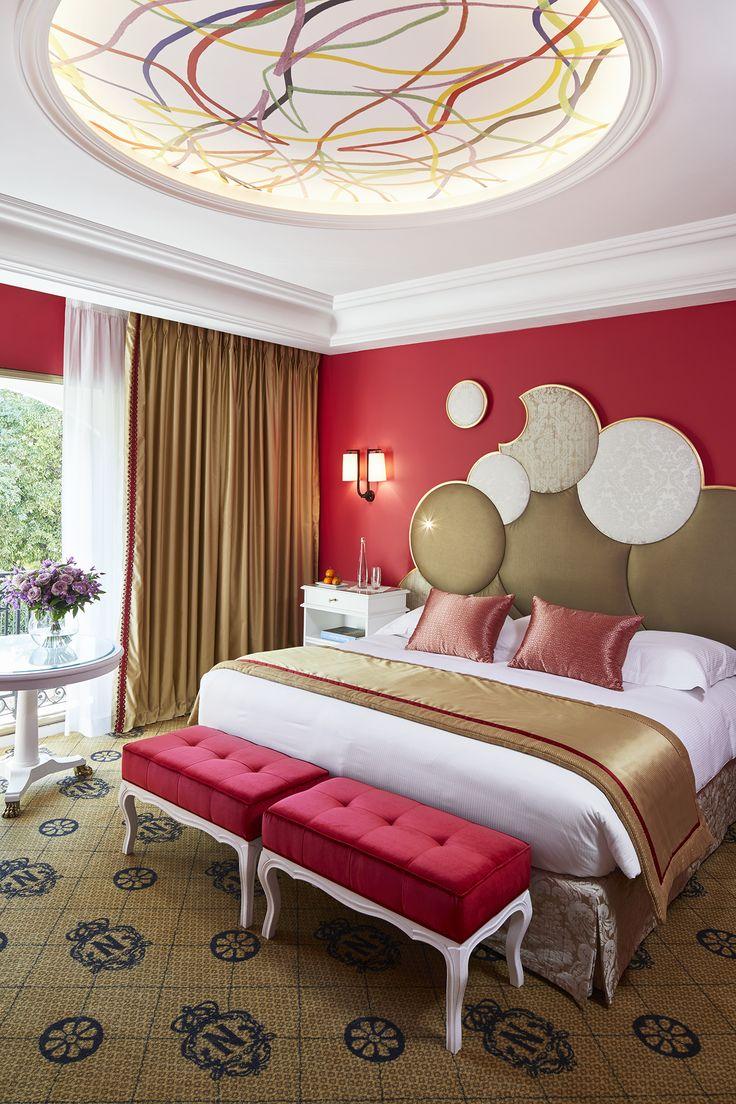 """La chambre """"Rivoli"""" a été récemment rénovée et vous offre une belle vue verdoyante sur le parc du Palais Massena."""