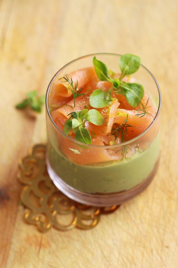 Verrines-de-noël,-saumon-fumé-et-crème-d'avocat-au-citron-vert1