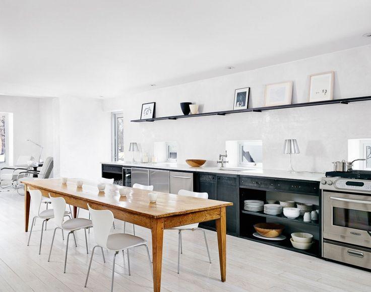 keinen weissen Boden. Küche gerne geschweisst aus Eisen mit dunklerem Holz Regalbrettern und Ablagen. Offene Regale gut! Stühle hier ohne Leben. Bilder besser hängen.