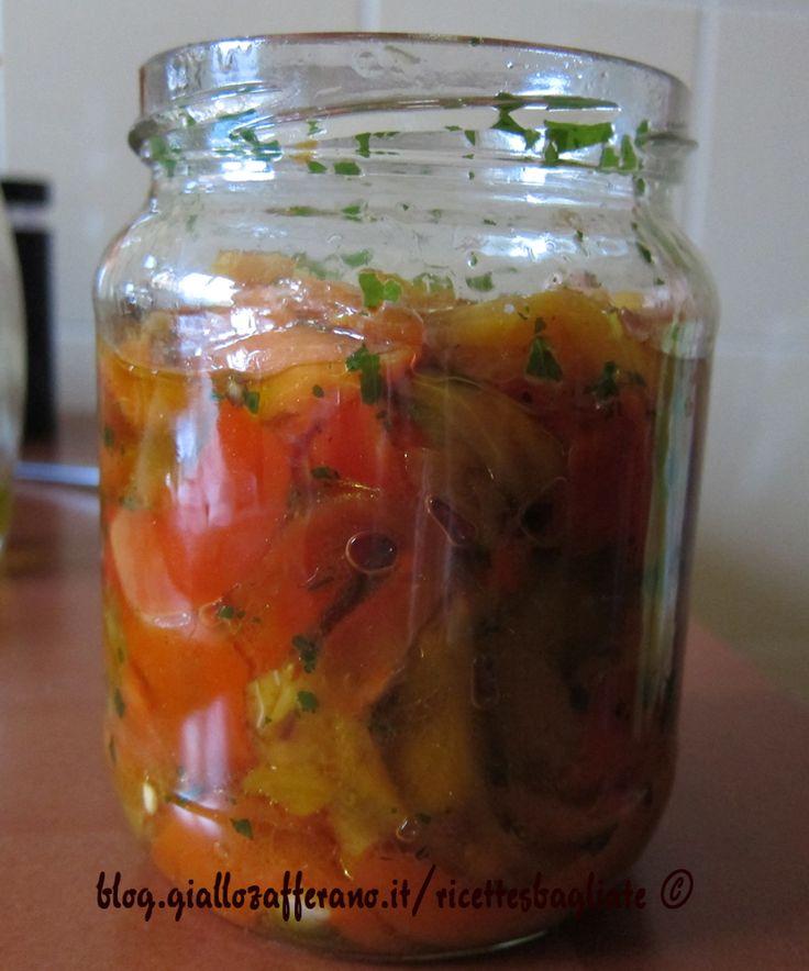 I peperoni arrostiti sott'olio sono un contorno delizioso che si conserva per diversi giorni. Ecco la mia ricetta per arrostirli e conservarli.