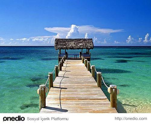 4. Bahamalar-Amerika'nın sayfiye yeri sayılan Bahamalar dünyaca ünlü markalar, restoranlar, gece kulüpleri, casinolar, akvaryum, su parkları ve paralı plajların bulunan lüx yapısıyla dikkat çeker.   Karayiplerin bu benzersiz adasında, şnorkelle dalış yaparak mercanları ve deniz altı yaşamının keşfedebilirsiniz. Türkler, Bahamalar'a turistik seyahat amaçlı gittiklerinde ve bunu belgelediklerinde vizeden muaf kabul ediliyorlar.   Bütçe açısından eğer sıkıntınız yoksa Bahamalar balayı için…