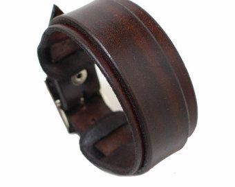 KENMERKEN VAN DE LEDERARMBAND  PRODUCTIE;  De armband is vervaardigd van eerste klas leder. Ik vervaardigen hen in mijn eigen atelier.  METALEN ONDERDELEN  De metalen onderdelen die op de armband vervaardigd zijn van roestvrij materiaal.  KLEUR EN DE BREEDTE;  De armband van kleur is zwart. De breedte is 2 duim (5 cm).  INFORMATIE OVER DE GROOTTE;  Ik moet uw pols meting. Ik beveel inwikkeling een meten tape of tekenreeks rond uw pols te krijgen van uw pols meting. Gelieve Voeg geen extra…