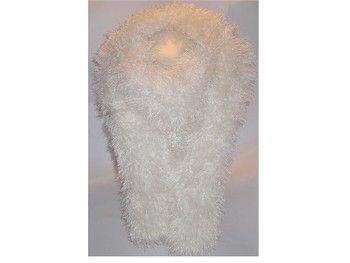 Jolie écharpe en laine fait main Effet plume : 100 % polyester De couleur orange chinée Toute douce au toucher, elle vous protègera des longs frimas de l'hiver Dimension : Longueur : 1,90 m environ Largeur : 0,20 m environ