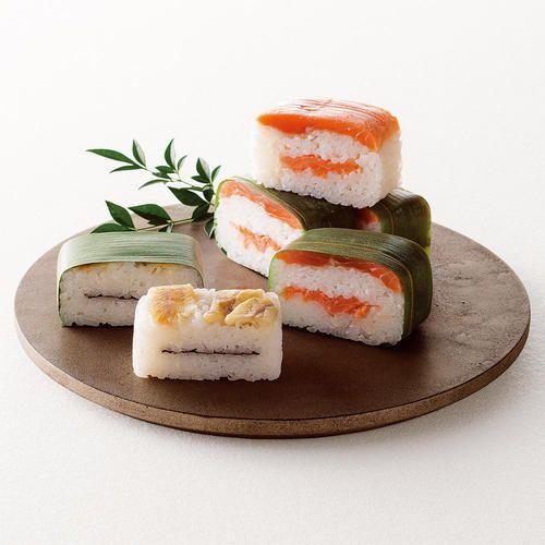 虹鱒を二段に使った「ます寿し」と、岩魚とのりを合わせた「いわな寿し」。締め過ぎない絶妙な酢と塩加減で、素材そのものの味が際立つ笹寿司です。
