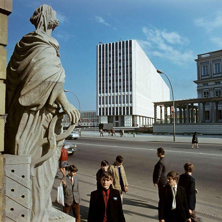 """Berlin, Unter den Linden, 1970. Das Außenministerium der DDR, alias """"Kühlschrank""""."""