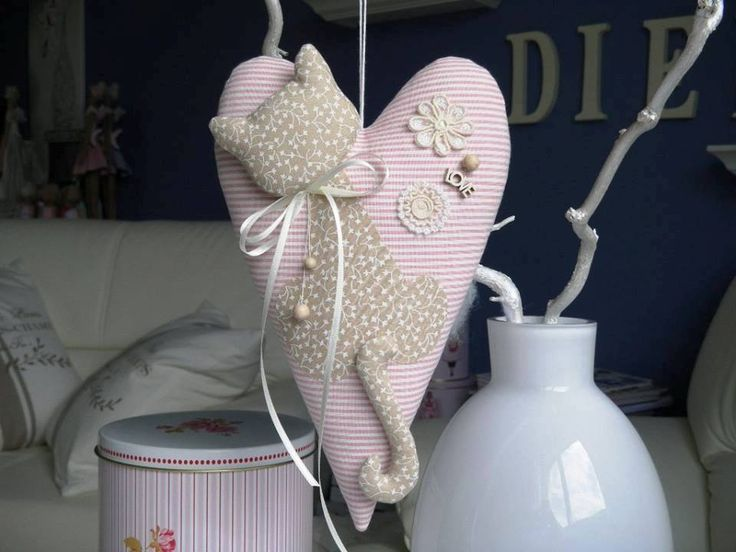 Corazón de gato...This heart is fantastic! I love the kitty appliqué with the stuffed tail and head!!