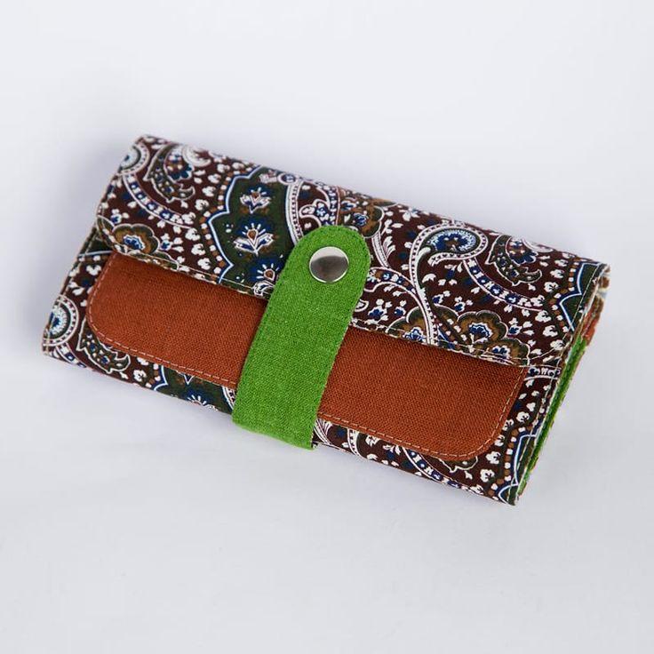 Оригинальный брендовый женский кошелек Handmade от молодого отечественного бренда Yak Faino, сшитый вручную мастером из трех видов натуральной ткани – джинс, лен и хлопок. Лицевая внешняя сторона выполнена в бежево-коричневых тонах с орнаментов растительных ковровых арабесок, снабжена фронталь