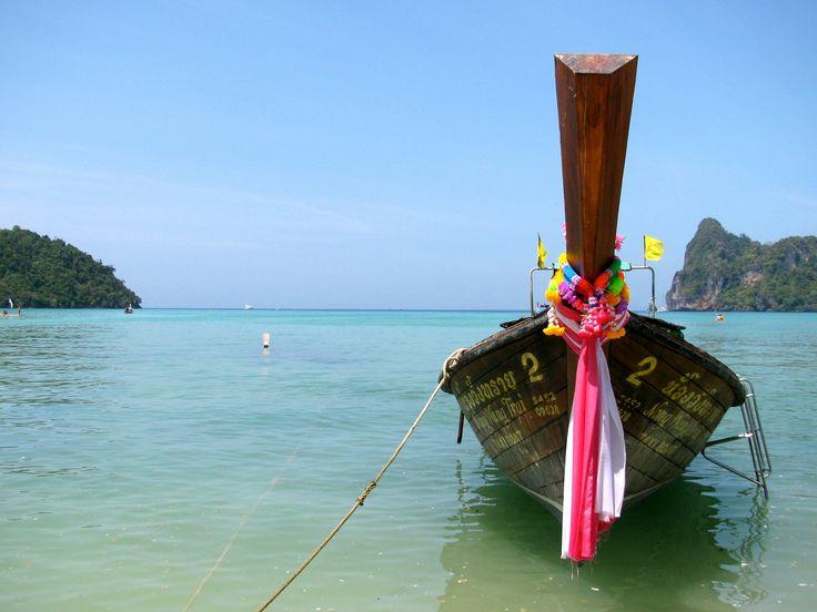 https://flic.kr/p/p3NgPa | Ko Phi Phi, Tailandia | Ko Phi Phi es una isla paradisiaca ubicada en el el Mar de Andamán, Tailandia. La playa de Ao Lo Dalam es la más larga de la isla. Su agua de color turquesa y temperatura tibia es protegida por dos brazos de tierra que la rodean y que la vuelven prácticamente una piscina.  www.apuntesyviajes.blogspot.com