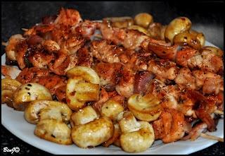 *Kurací špíz a grilované šampiňóny*  kuracie mäso údená slanina talian bylinky med, citrón šťava, chilli, oliv olej Tandoori Masala, soľ, čerstvo mleté korenie šampiňóny  .. mäso na rezance a slaninu na plátky. Postupne napichoval na špajle, mäsko a plátky slaniny. Z oleja, citrón šťavy, medu, chilli, korenia, soli a byliniek som vymiešal marinádu. Špízy natrel,  dve hodiny odpočívať... Opiekol na suchej panvici a dal 10 min do rúry pod gril,  200°C.Šampiňóny rozkrojil nasucho ugriloval