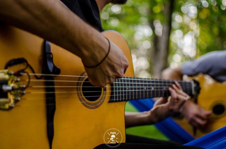 MinorSwing și Jazz Manouche, prieteni de nedespărțit. Iulian Mureșan și Marian Bălan, doi dintre puținii cunoscători ai acestui gen în România ne-au incântat urechile cu 5 ore ge jazz la ultima hămăceală din 2015 în cadrul proiectului Hug a Tree.