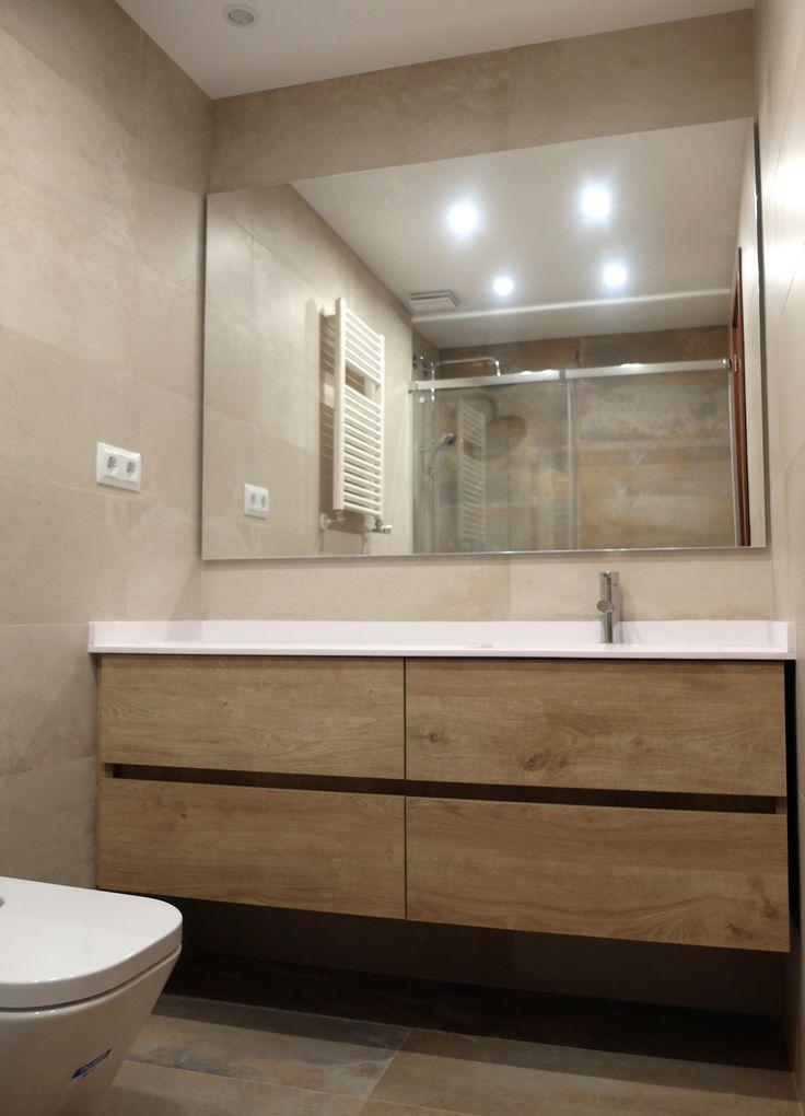 Reforma de baño en Barcelona con mueble laminado imitación madera y espejo de gran formato | por Accesible Reformas