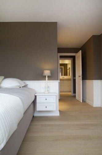 Style épuré, ambiance zen pour la déco d'une chambre taupe et blanc, une association couleurs 100% propice au repos. A la peinture couleur taupe utilisée pour le haut des murs de la chambre, répond en contraste le blanc pur de la peinture des soubassements. Le taupe clair du tissu du couvre-sommier et le gris perle du drap créent un dégradé de couleurs qui se prolonge jusqu'au couloir où l'on retrouve dans le couloir avec l'enfilade