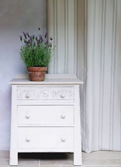 un petit commode fran ais peint en chalk paint old ochre contre les rideaux limoges ecru dans. Black Bedroom Furniture Sets. Home Design Ideas