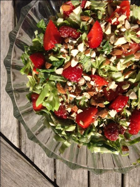 Lækker sommersalat med spidskål, jordbær og mormordressing