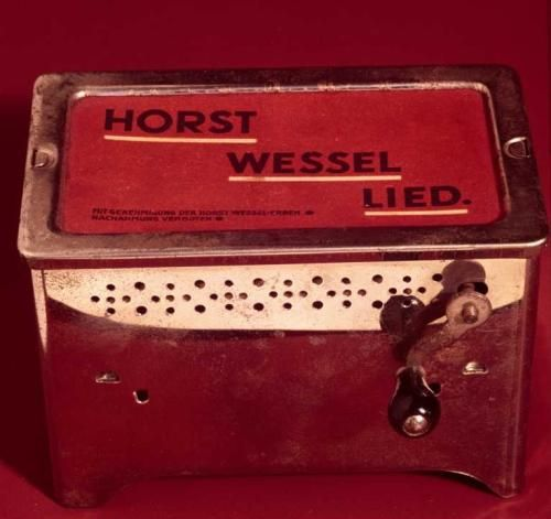 Kitsch Nazi caja de musica con el horst wessel lied