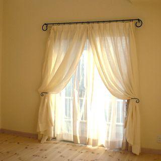 ベッドとアイアンカーテンレール-ひだまりパパママ日記