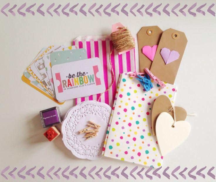 Vrede, liefde & zon DIY Gift Wrap Packaging - Gift Tags, Project Life kaarten, papieren zakken, Doilies, stempel en inkt, bindgaren, wasknijpers door Kitsuneland op Etsy https://www.etsy.com/nl/listing/290187931/vrede-liefde-zon-diy-gift-wrap-packaging