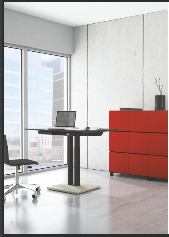 Modern kantoor ingericht met zit sta bureau met rode kantoorkasten | Modern office with sit stand desk and a red cabinet
