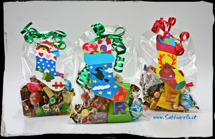 """La calza della Befana traboccante di golosità è una tradizione alla quale non possiamo rinunciare..Questa volta abbiamo voluto realizzare qualcosa di originale, semplice e creativo !  Sacchettini pieni di dolciumi decorati con una """"mini"""" calza realizzata e dipinta con i Sabbiarelli.Le calzette pretagliate fanno parte dell'album """"Gli Addobbi di Natale """" http://www.sabbiarelli.it/album/album-gli-addobbi-di-natale.html"""
