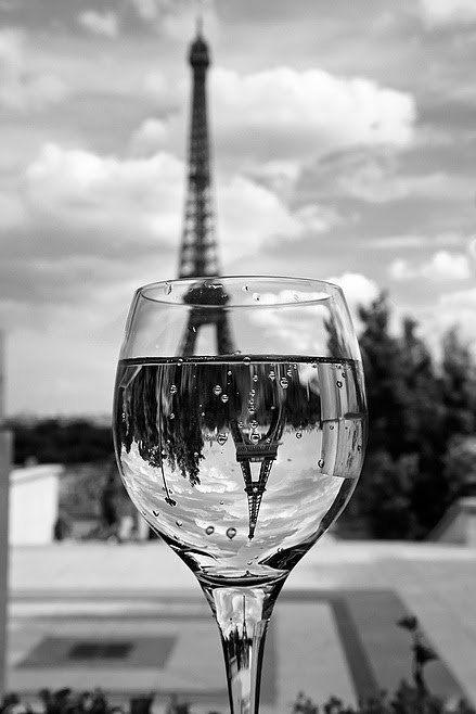 Aussicht auf den Eiffelturm;  durch ein Weinglas nochmals gespiegelt