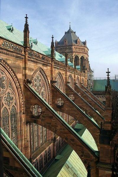 [Contrafuertes de la catedral de Estrasburgo, Francia] - [*- Contrafuerte: Estructura, como un pilar o un arco, adosada a la parte exterior del muro de un edificio con el fin de reforzarlo en los puntos en que la construcción soporta mayor empuje.]