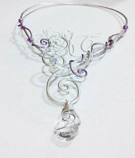 Collana realizzata interamente a mano con wire color argento e viola, con goccia di resina e impreziosito da un cristallo della Preciosa Inspirations - See more at: http://ambrosiascreation.altervista.org/CW007.html