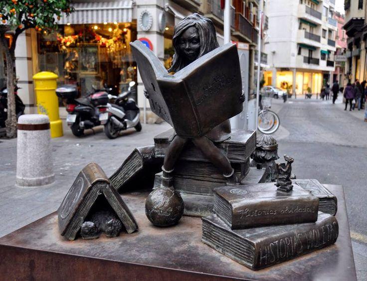 """Памятник """"Девочка, читающая книгу"""" Скульптор Анна Джонсон.  Севилья. Испания. Бронза. 2007 год."""