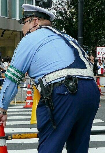ぽっちゃり男性警察官の可愛いお尻を触りたいなぁ~~