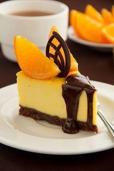 Апельсиновый чизкейк. Для основы: - 100 г шоколадного печенья, - 80 г растопленного сливочного масла. Для начинки: - 500 г маскарпоне, - 4 яйца, - 100 мл сливок 33%, - 100 г сахара, - 50 мл апельсинового сока, - 1 ст л апельсиновой цедры, - 1 ст л апельсинового ликера (необязательно), - 2 ст л кукурузного крахмала.
