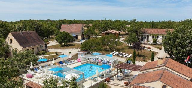 La Truffière, Village de Gîtes, piscine chauffée toute l'année en Périgord Noir, 24370 Orliaguet (Dordogne) Gites avec piscine chauffée proche de Sarlat Village de Gîtes 4/7 personnes :  Ambiance familiale avec 9 gîtes dans un environnement privilégié et particulièrement calme autour d'une piscine chaude à 28°minimum 365 jours par an et couverte d'un abri télescopique. Le Village de Gîtes «La Truffière» est idéalement situé en plein cœur...