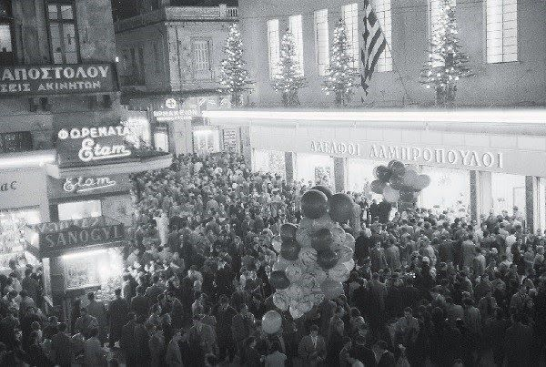 Ψώνια στην Χριστουγεννιάτικη Αθήνα και στον Λαμπρόπουλο. Από την σελίδα Μία φωτογραφία, χίλιες λέξεις.