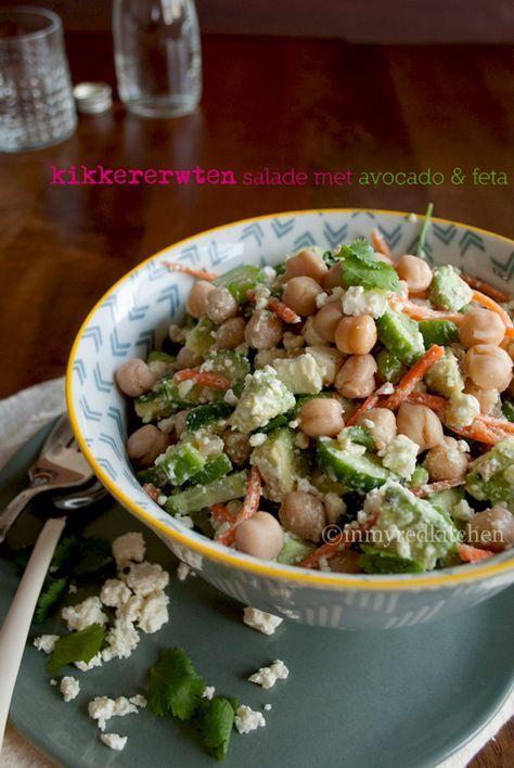 Kikkererwten salade met avocado - de romige smaak van de avocado past perfect bij de kikkererwten en de zoute feta. Als lunch of avondeten, het is perfect!