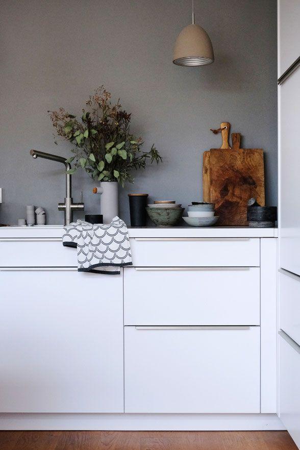 Dieartige Weisse Kuche Graue Wand Holzboden Graue Wande