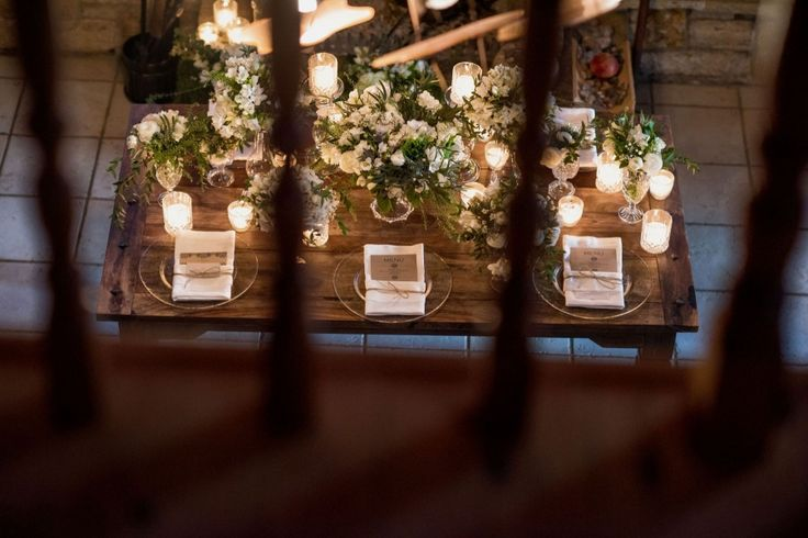 Vintage wedding|Art de la table: monastery tables, earthy colours and flower compositions with buttercups and wild greenery.