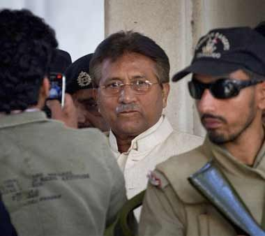 Pakistani police reaches Musharraf's farmhouse with arrest order