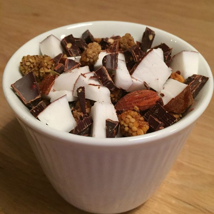 Skyr med kokosmælk, kokosstykker, morbær, chokolade