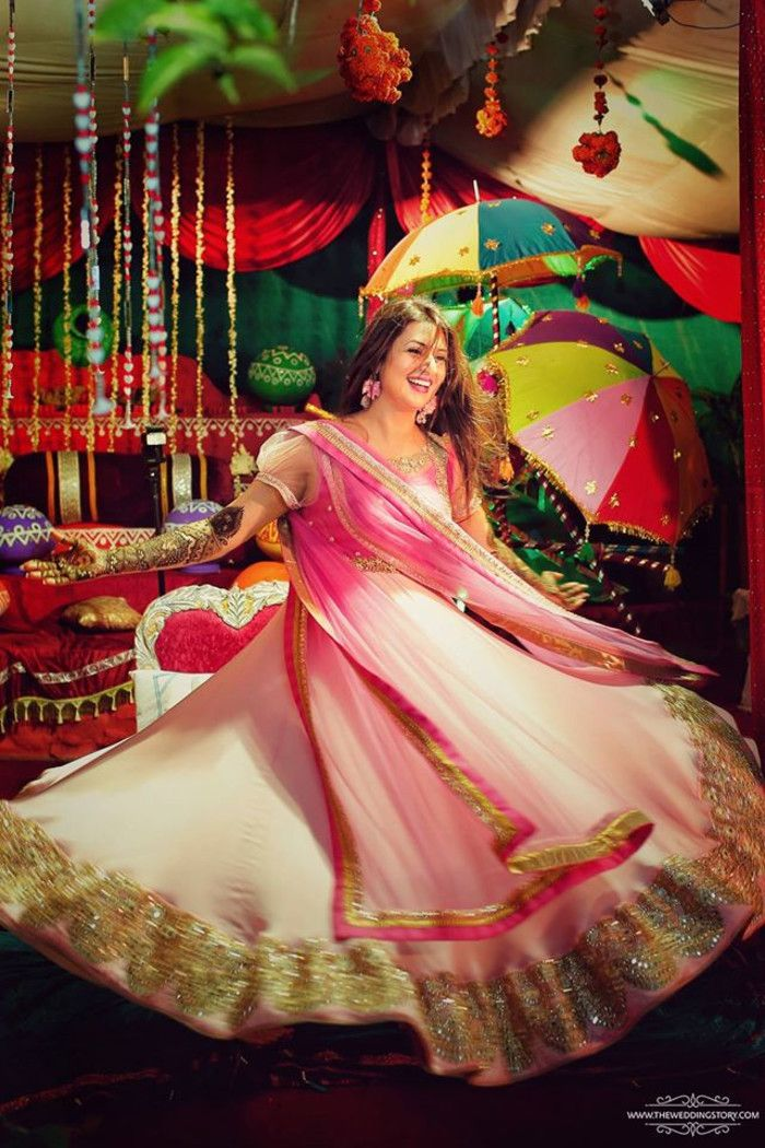 Mehandi - The Bride Divyanka! Photos, Hindu Culture, Gold Color, Decoration, Bridal Makeup, Flower Jewellery pictures, images, WeddingPlz