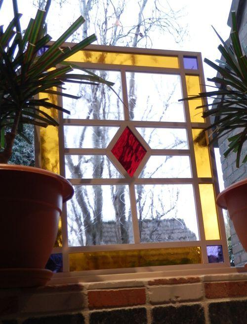 Glas in lood? Nee: glas in hout! Een glas-in-hout-raam bestaat uit een frame van houten latten. Het glas valt in sleuven die in het hout zijn gefreesd. Het geheel wordt gemonteerd met kit en houtlijm. Ieder ontwerp is uniek en handgemaakt. Bezoek de website voor meer info.