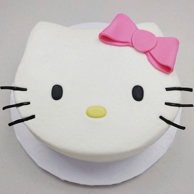 It's a Hello Kitty Pinata CAKE!  Link in bio to full video!  #cake #hellokitty #fondnat #buttercream #kids #birthday #party #surprise #pinata #cakestagram #theicingartistlaurie
