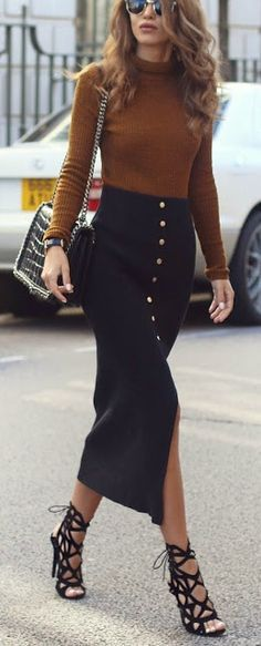 I LOVE this skirt, from the buttons to the length and the split even. Who doesn't love a good turtleneck sweater too? Very pretty outfit, it should be in my closet...