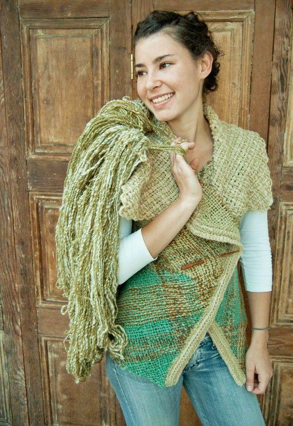 Este chaleco envolvente campestre es un lindo patchwork the piezas tejidas en telar cuadrado y rectangular, de la que está hecha la parte del cuello.    Es 100% lana y todos los colores son matizados al menos levemente, lo que le da un look rústico especial.    Honestamente, creé este diseño pensando en mi. Me acaloro bastante usando chalecos de lana con sus cuellos apretados y altos y mangas largas; por esto quise hacer un chaleco más ancho, simple, liviano y fresco para el invierno, que…