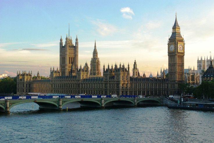 FCA: Młodzi Brytyjczycy coraz bardziej zadłużeni -  Dyrektor generalny Urzędu Nadzoru Finansowego alarmuje o wyraźnym zadłużeniu wśród młodych Brytyjczyków. W wywiadzie dla BBC, Andrew Bailey powiedział, że młodzi ludzi pożyczają pieniądze na podstawowe środki utrzymania. Przedstawiciel organu nadzorującego stwierdził również, że nie podobają mu s... https://ceo.com.pl/fca-mlodzi-brytyjczycy-coraz-bardziej-zadluzeni-65734