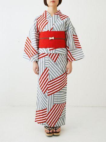 ランダムストライプなストライプ柄のモダンな浴衣です。子供っぽくなりがちな赤い帯ですが、茶色の帯締めと白いリボンの帯留めで大人っぽさを演出したかっこかわいいコーデです。